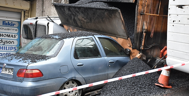 Asfalt yüklü kamyon devrildi