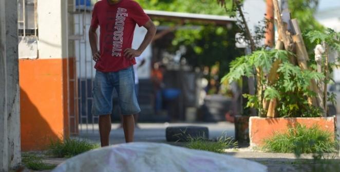 Yüzlerce ceset sokaklarda çürüyor