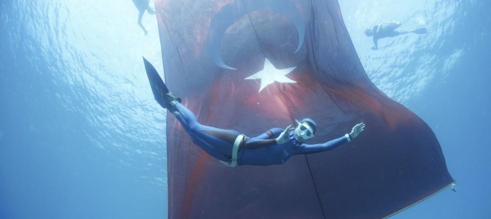 97'nci yıl anısına tek nefeste 97 metre dalışı