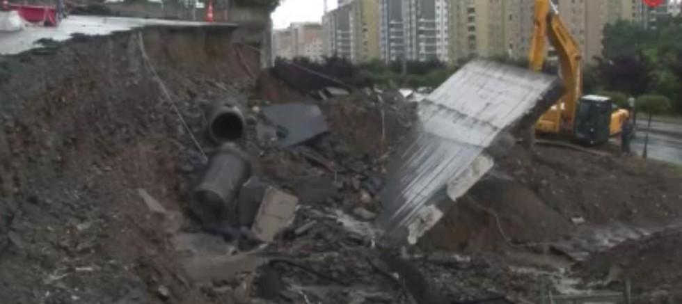 Başakşehir'de sağanak yağışın etkisiyle yol çöktü.