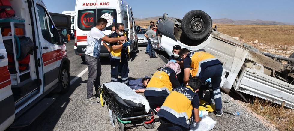 Beyaz eşya yüklü kamyonet devrildi: 1 ölü, 1 yaralı