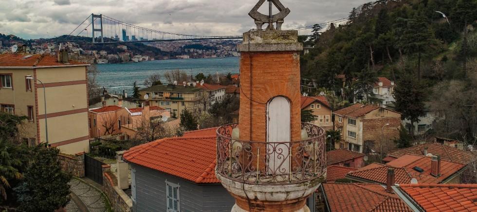 İstanbul'un simgelerinden olan 447 yıllık güneş saatli minare