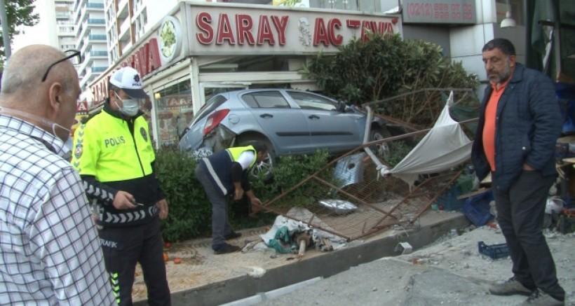 Kontrolünü kaybeden otomobil önce manava sonra restorana girdi