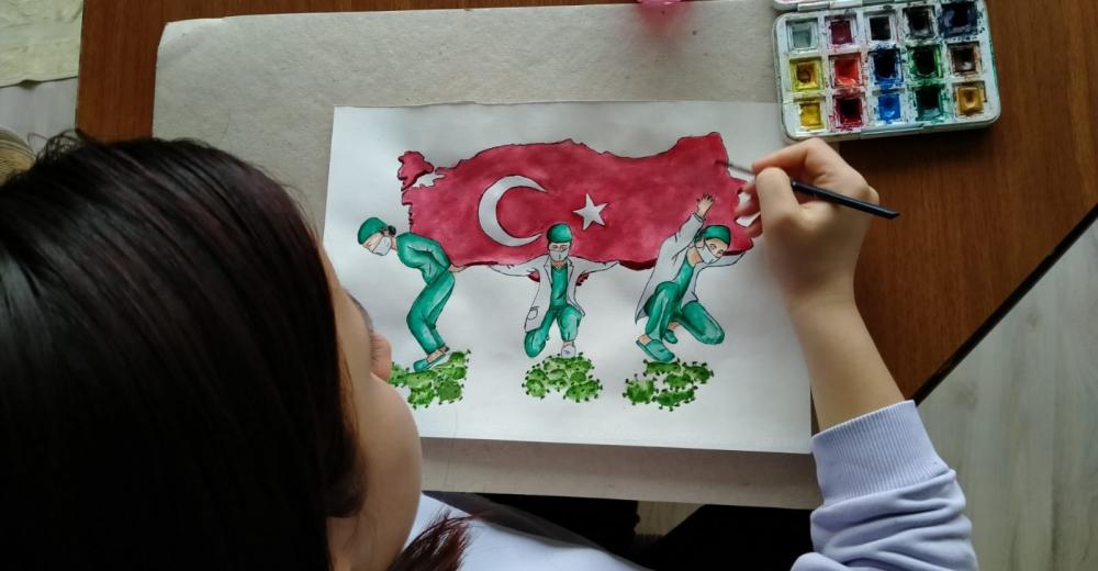 Liseli Melike, sağlıkçıları Türkiye'yi sırtlarken resmetti