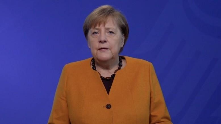 Merkel'den Türk Profesöre tebrik