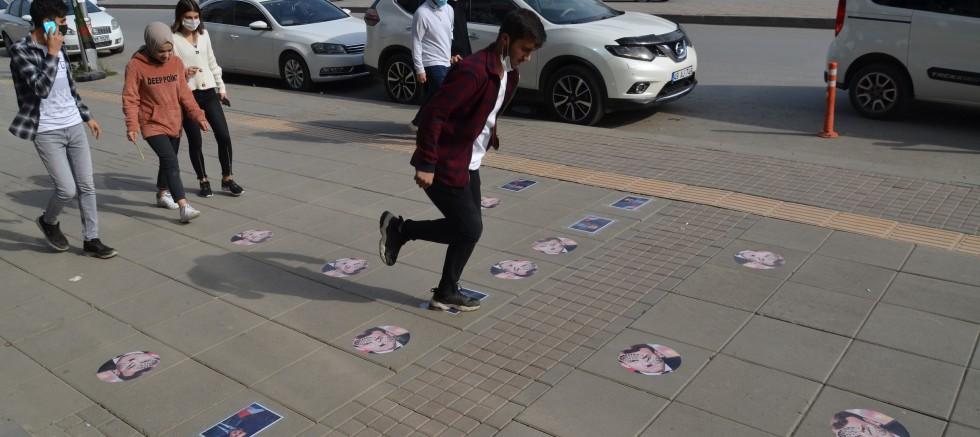 Muş'ta Macron'un fotoğrafları kaldırıma yapıştırıldı