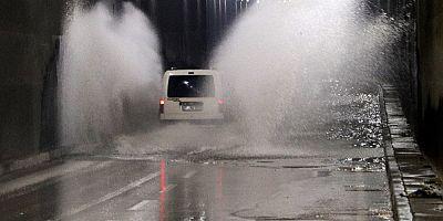 Adana'da şiddetli yağıştan yol çöktü, alt geçitleri su bastı