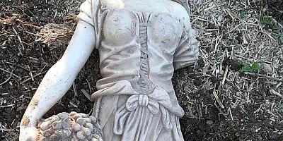 Kadın heykeli ile yakalandı