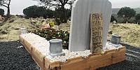 Ebru Şallı oğlunun mezarına bileklik ve çiçek bıraktı
